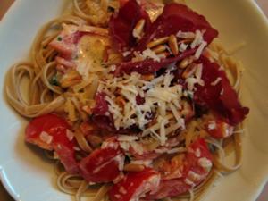 Pasta med tomater, vitlök & basilika