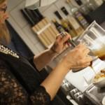 Maria ringlar kolasås över glassen